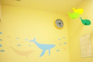 海の診察室ではクジラがお出迎え