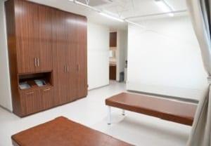 処置室は木目と白を基調としたモダンな空間